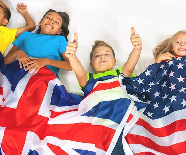 summerfun bambini sotto la bandiera inglese e americana