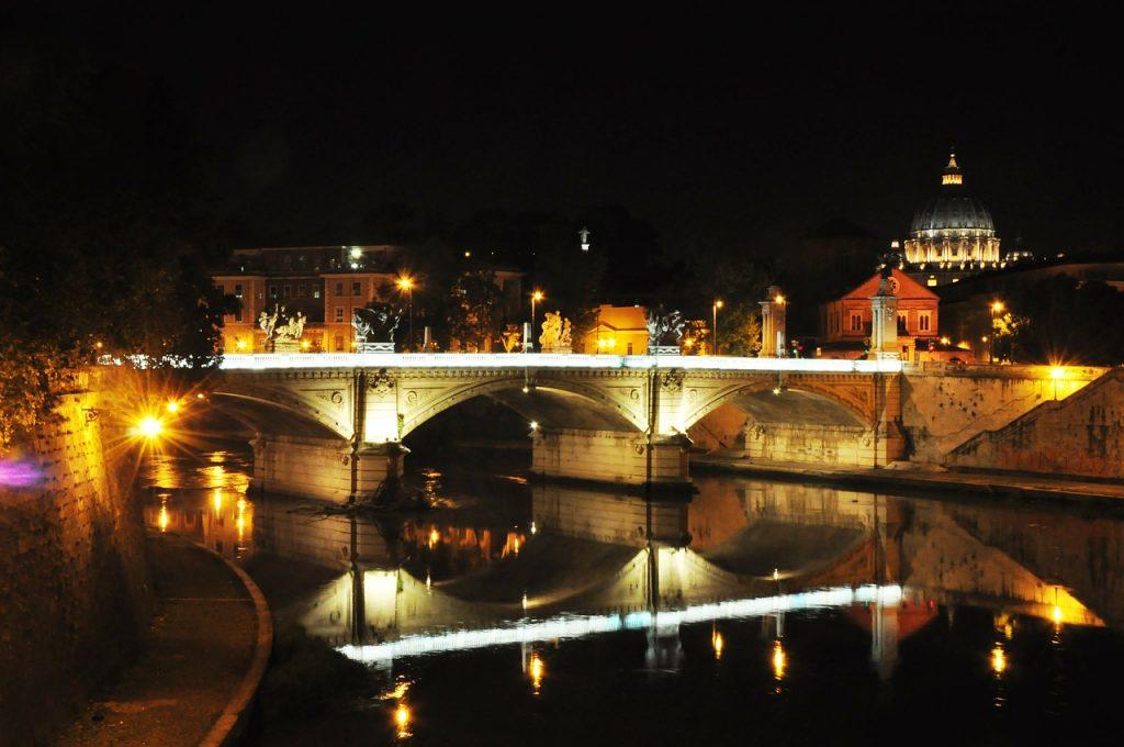 Roma di notte in canoa